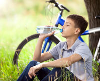 Cyclist in the park drinking clean water Royalty Free Stock Photos
