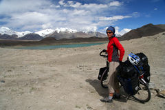 Cyclist among stunning Tibeten landscape Royalty Free Stock Photos
