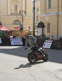 Cycliste écrivant le tour images libres de droits