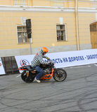 Cycliste écrivant le tour avec le dérapage images stock