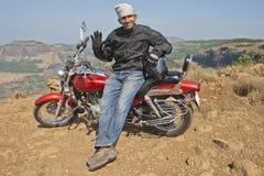 Cycliste 5053 sur un appareil-photo saluant de sommet indien Images stock
