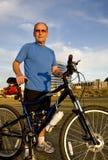 Cycliste aîné actif Image stock