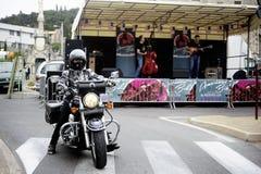 Cycliste abaissant la rue Image libre de droits