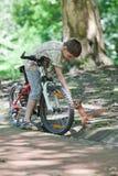 Cycliste avec l'écureuil Photographie stock