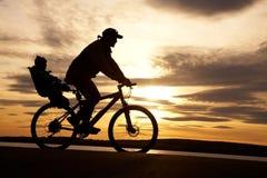 Cycliste avec l'enfant Photographie stock