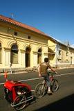Cycliste avec la remorque en Scandinavie photographie stock libre de droits