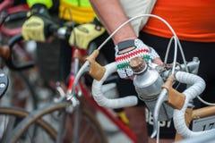Cycliste avec sa bicyclette de vintage, devant la course image stock