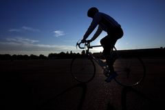 Cycliste conduisant un vélo sur l'emballement de Tempelhof Images stock