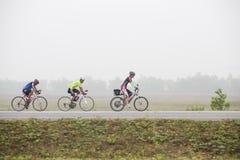Cycliste conduisant un vélo sur une route ouverte Images libres de droits