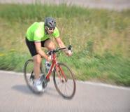Cycliste conduisant une bicyclette Photographie stock libre de droits