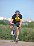 Cycliste conduisant une bicyclette Photos libres de droits