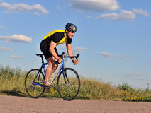 Cycliste conduisant une bicyclette Photographie stock