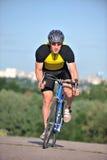 Cycliste conduisant une bicyclette Photo libre de droits