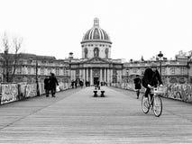 Cycliste croisant le Pont des Arts à Paris Photographie stock libre de droits