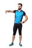 Cycliste déçu fâché de sport montrant le geste de main de pouces vers le bas Photo libre de droits