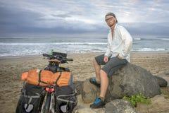Cycliste d'aventure sur la plage en la bicyclette Photographie stock libre de droits