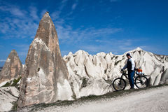 Cycliste dans Cappadocia. Photos libres de droits