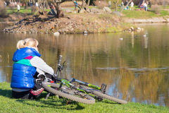 Cycliste dans l'étang de parc Photographie stock libre de droits