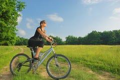 Cycliste dans la forêt Photographie stock libre de droits