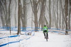 Cycliste dans la neige Photos libres de droits