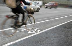 Cycliste dans la voie pour bicyclettes Images libres de droits