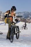 Cycliste dans le casque en montagnes de l'hiver Photographie stock libre de droits