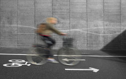 Cycliste dans le mouvement brouillé Images libres de droits