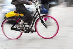 Cycliste dans le mouvement brouillé Photo libre de droits