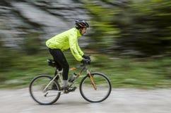 Cycliste dans les montagnes Photo libre de droits