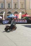 Cycliste de cascade sur le site Photographie stock libre de droits