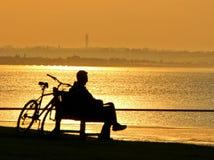 Cycliste de coucher du soleil de silhouette de sépia Images stock