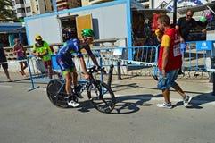 Cycliste de course sur route images stock