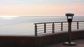 Cycliste de femme au bord de la mer clips vidéos