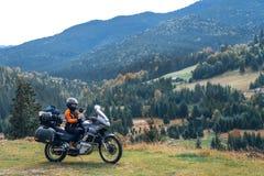 Cycliste de femme avec la grande motocyclette d'aventure, motocyclistes vacances, voyageur du monde, long voyage par la route sur image libre de droits