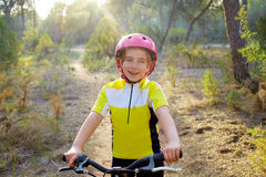 Cycliste de fille d'enfant dans le vélo de montagne MTB Image stock