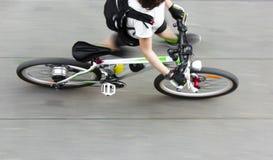 Cycliste de marche Photographie stock libre de droits