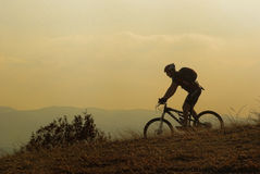 Cycliste de montagne à une concurrence Photo libre de droits
