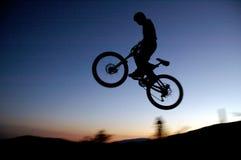 Cycliste de montagne photographie stock libre de droits