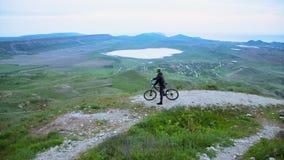 Cycliste de montagne admirant Hilly Terrain banque de vidéos