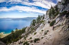 Cycliste de montagne chez le lac Tahoe Photographie stock