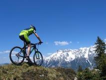 Cycliste de montagne dans les Alpes Images libres de droits