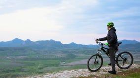 Cycliste de montagne explorant Hilly Terrain banque de vidéos