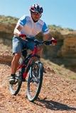 Cycliste de montagne incliné Photos libres de droits