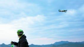 Cycliste de montagne rencontrant le petit avion chez Hilly Terrain clips vidéos