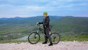 Cycliste de montagne se déplaçant chez Hilly Terrain banque de vidéos