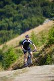 Cycliste de montagne sur des traînées Photos libres de droits