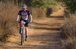 Cycliste de montagne sur une traînée en Californie du sud image stock