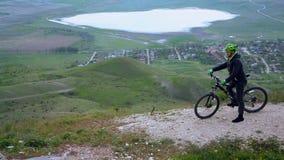 Cycliste de montagne voyageant chez Hilly Terrain banque de vidéos