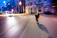 Cycliste de nuit dans la ville Photographie stock libre de droits
