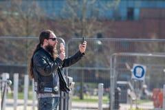 Cycliste de rock prenant le selfie avec la crème glacée  Image libre de droits